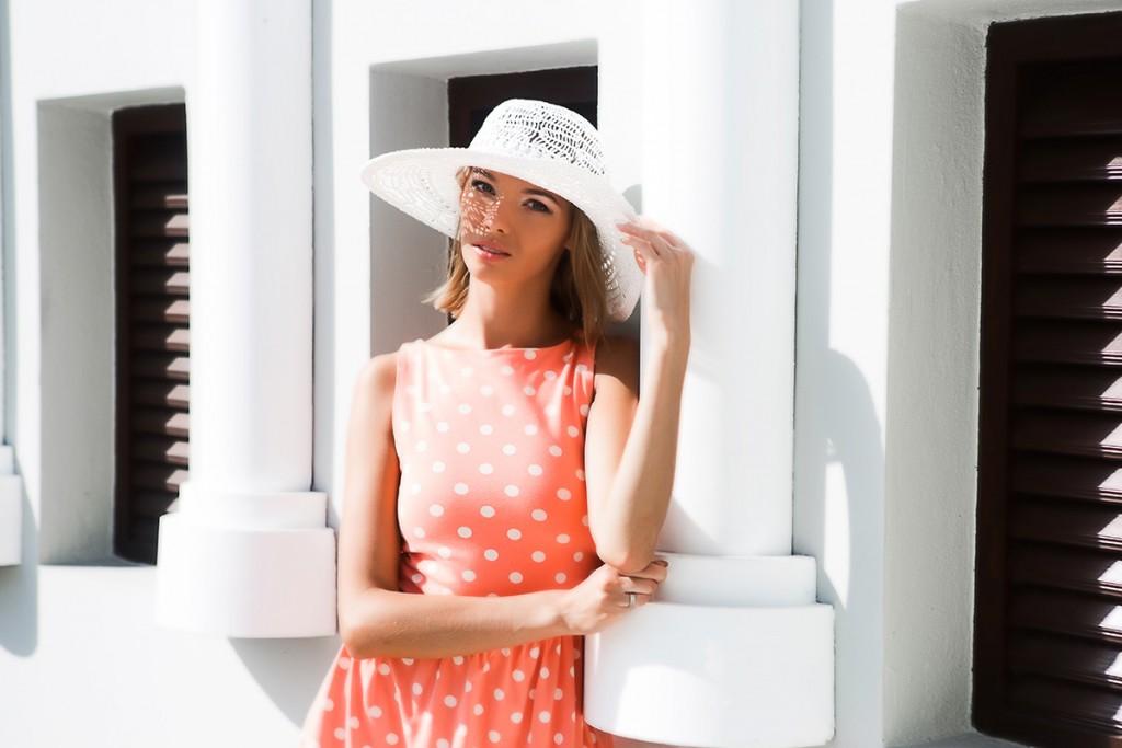 Белая шляпа с оранжевым платьем