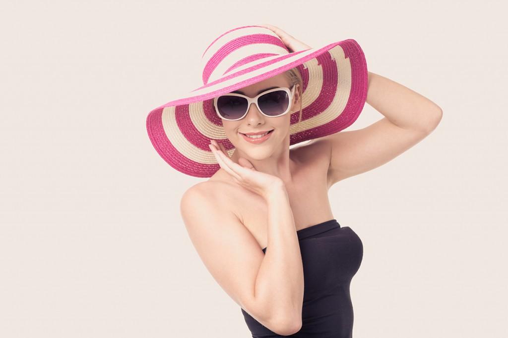 Бело-розовая шляпа на лето