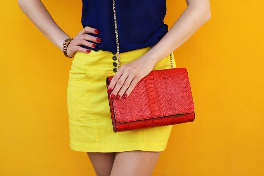 Красная сумочка на цепочке
