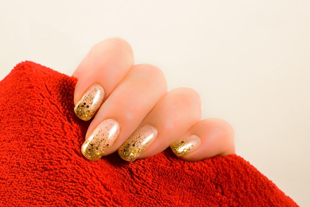 Маникюр с золотыми блестками