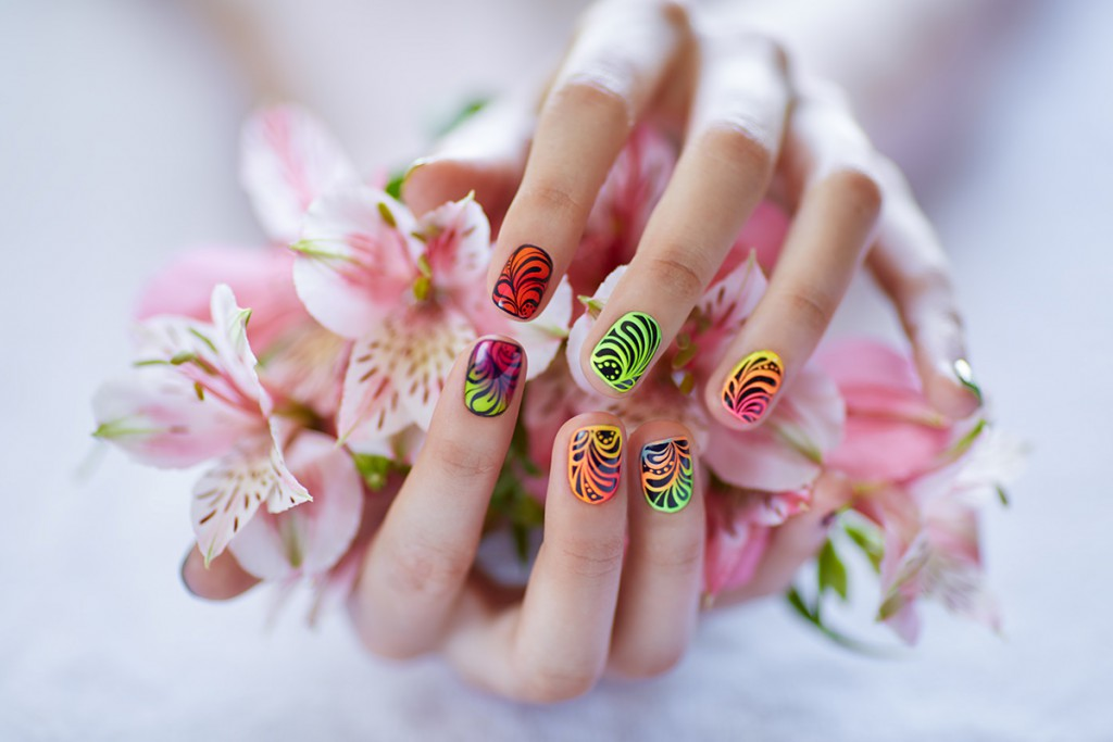 Разноцветные ногти с рисунком
