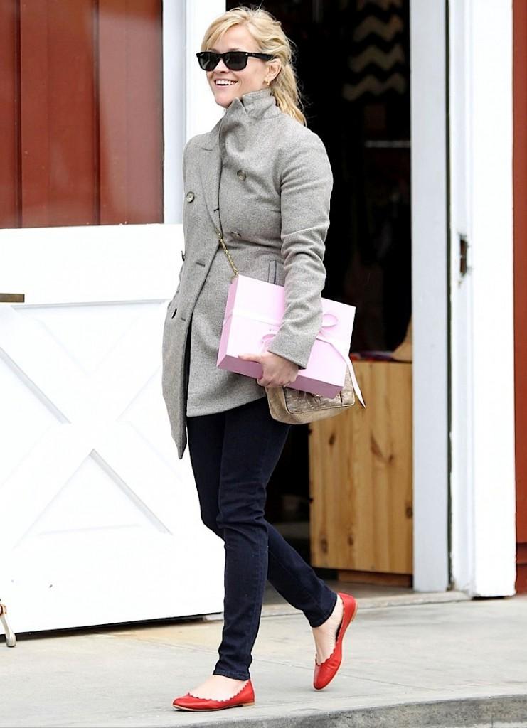Красные балетки с джинсами и пальто