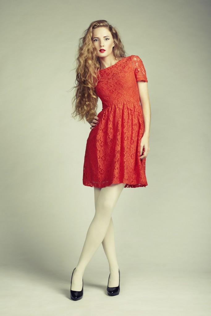 Красное кружевное платье с черными туфлями