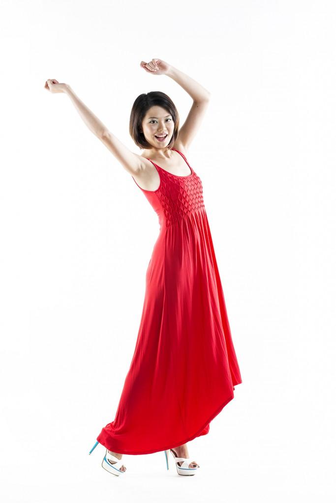 Красное платье с белыми туфлями