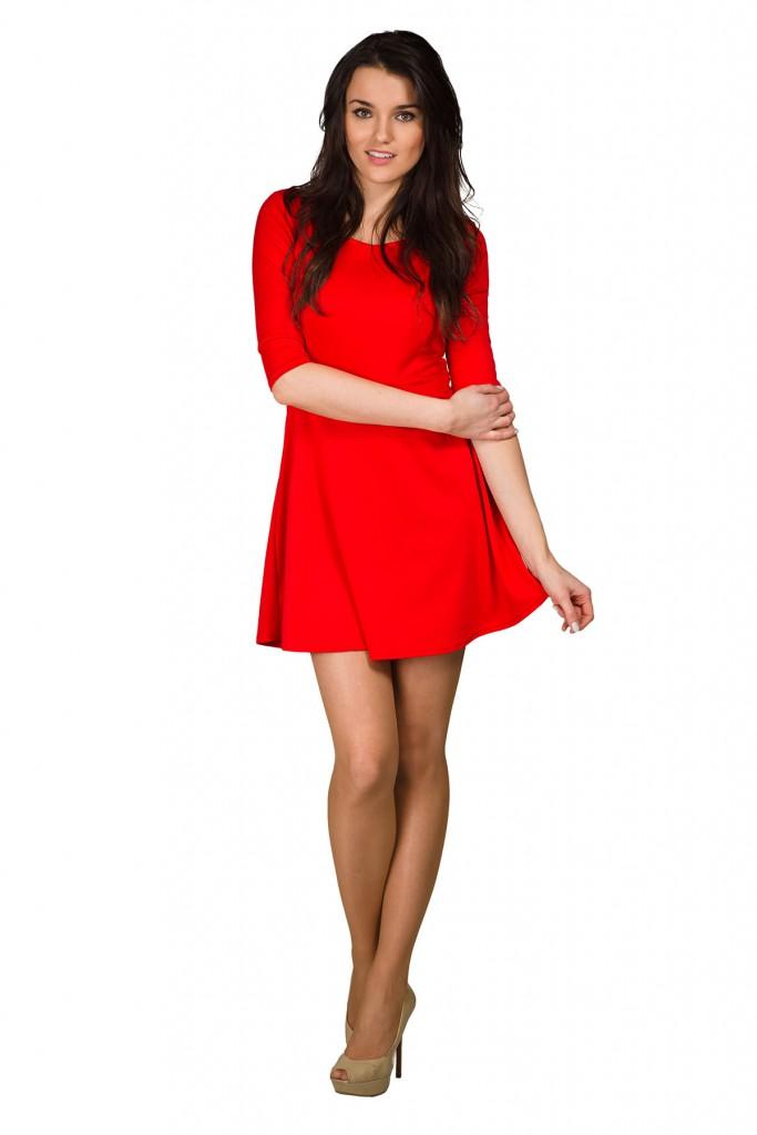 Красное кружевное платье с коричневыми туфлями с открытым носком