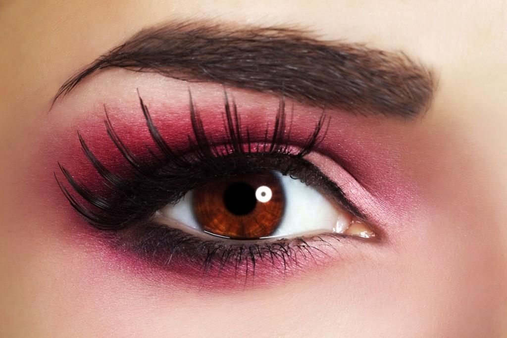 Необычный макияж глаз с пурпурными тенями и накладными ресницами