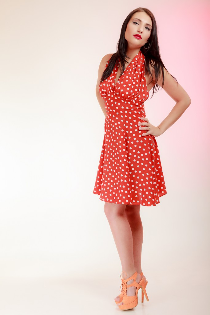 Красное платье с персиковыми босоножками