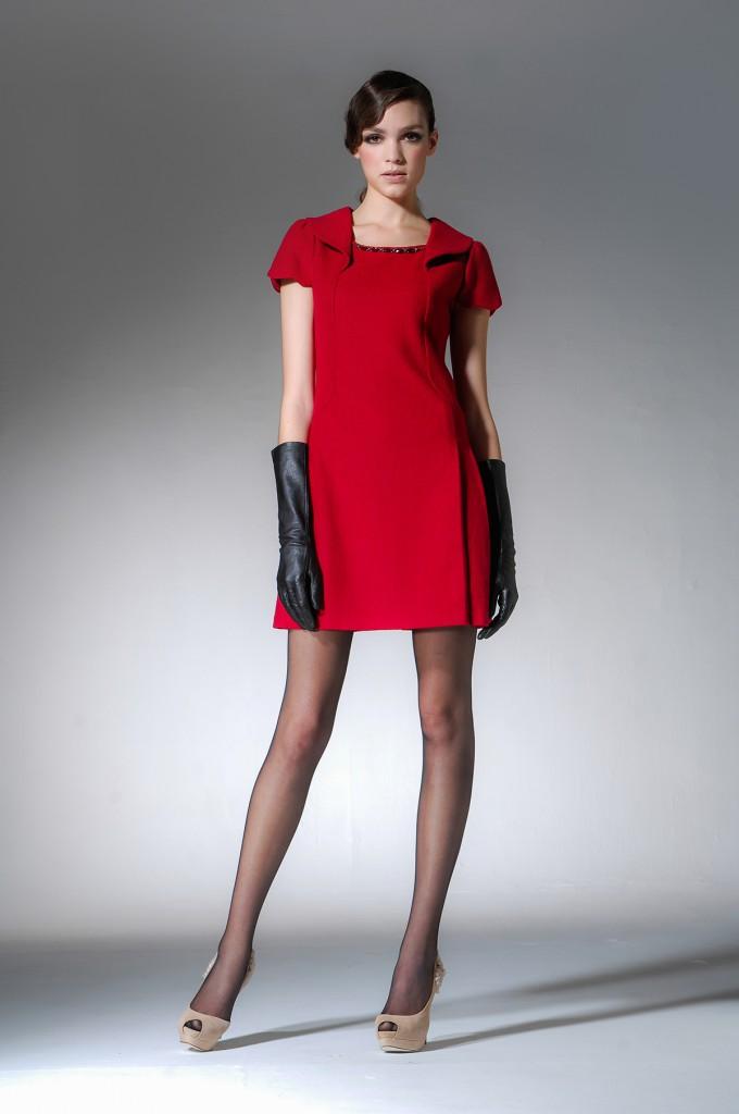Красное платье с бежевыми туфлями