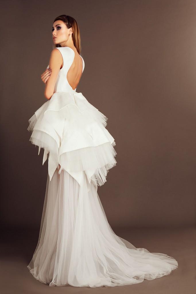 Свадебное платье с открытой спиной и необычной юбкой