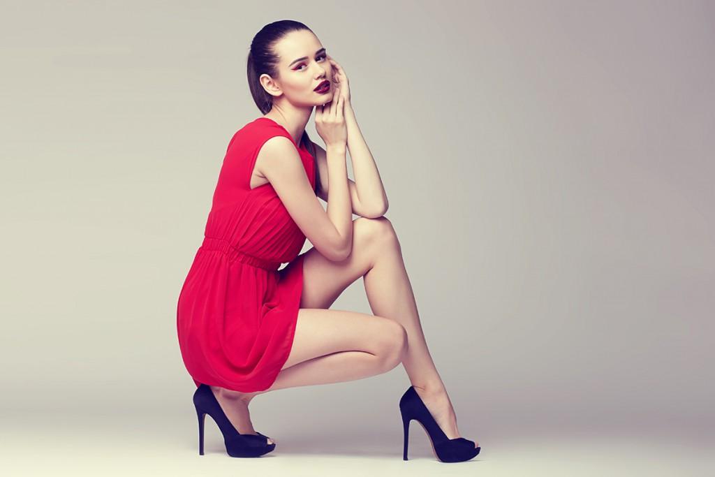 Черные туфли с красным платьем