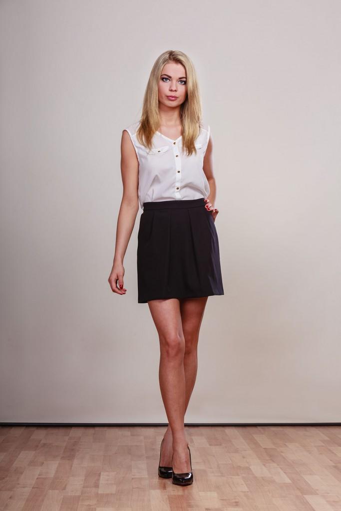 Черная юбка с белой блузкой без рукавов