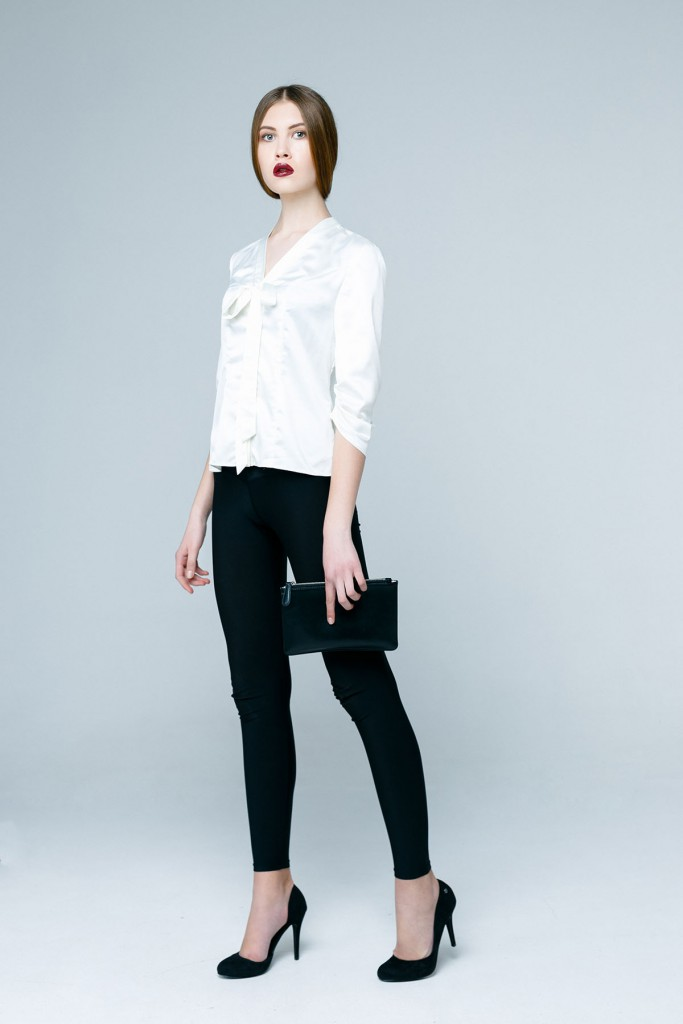 Белая блуза с черными брюками