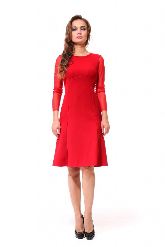 Красное платье с черными туфлями
