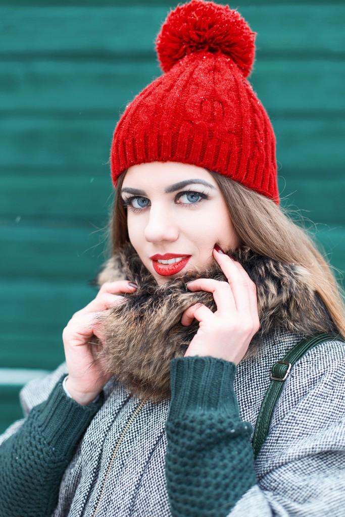 Красная шапка с пальто