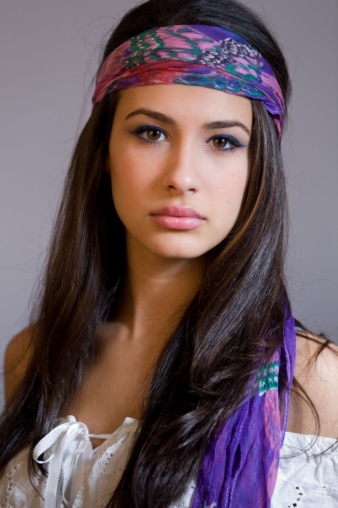 Красиво завязанный на голове шарф