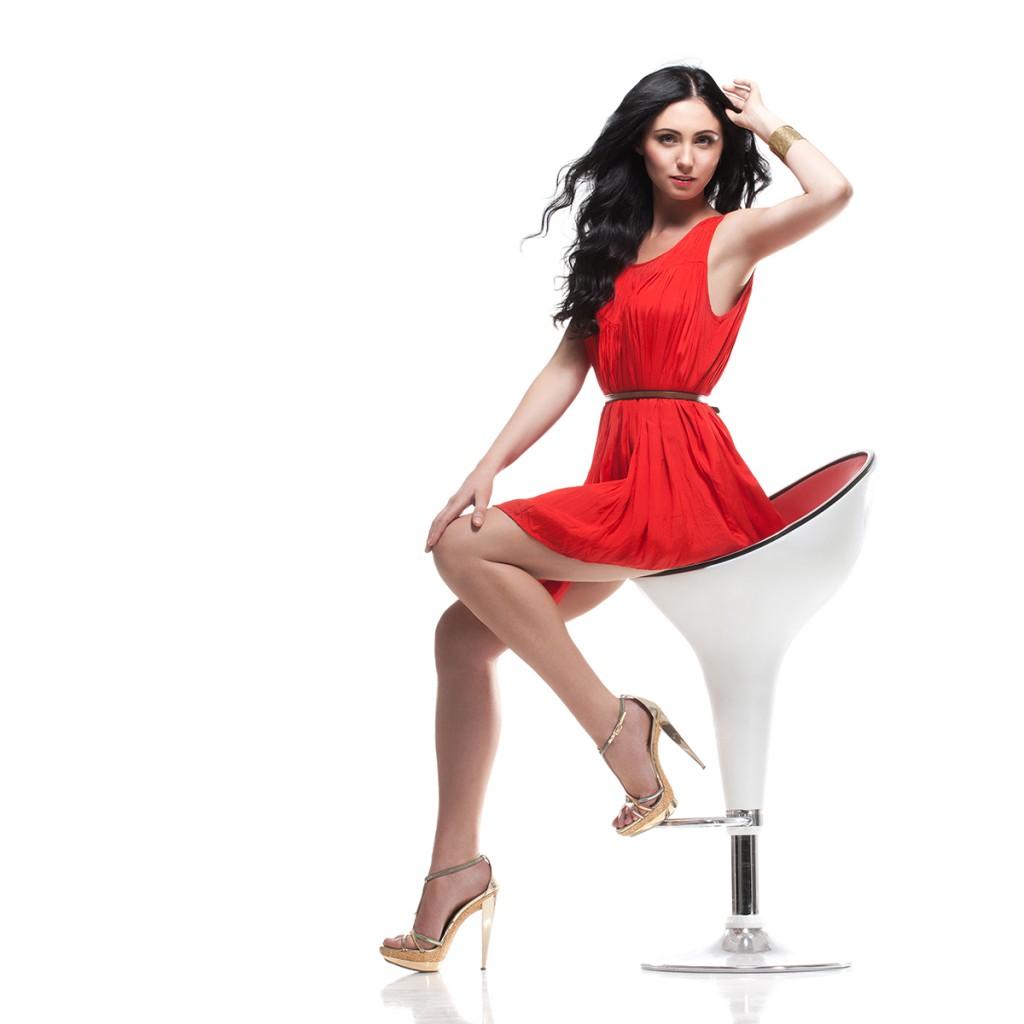 Красное платье с золотистыми туфлями