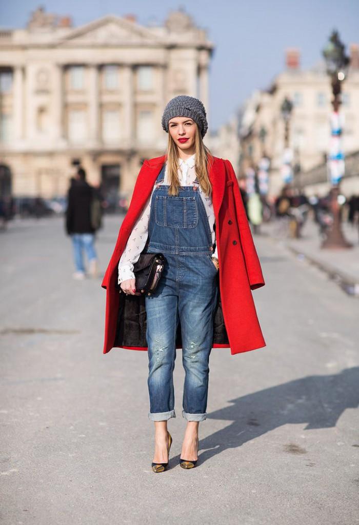 Красное пальто с черной сумкой