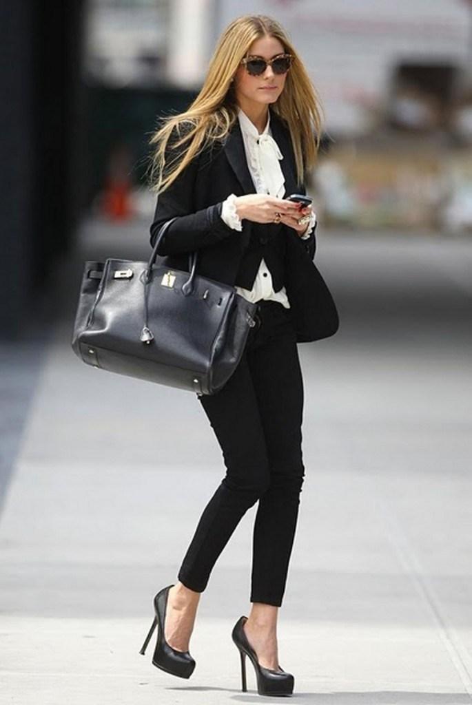 Черные туфли с брюками и жакетом