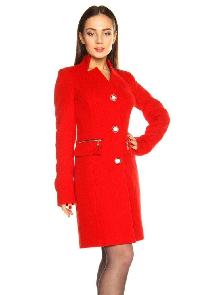 Красное пальто с воротником-стойкой.