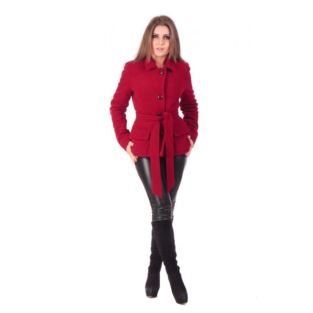 Короткое пальто красного цвета