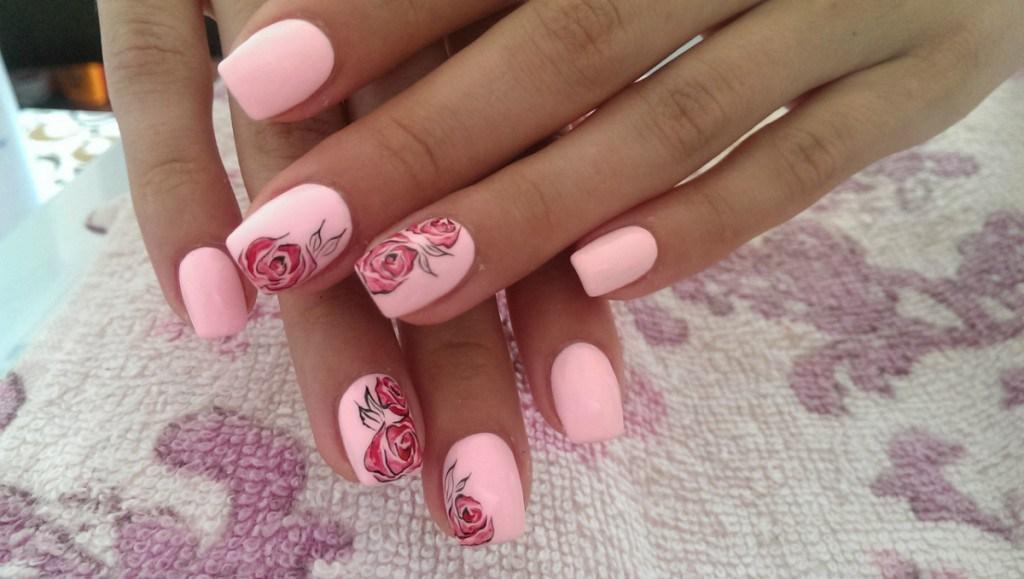 Розовый маникюр с розочками