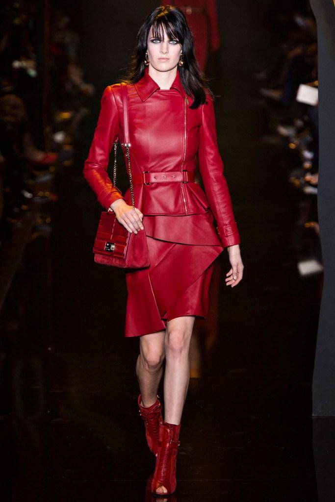 Красная кожаная куртка с юбкой
