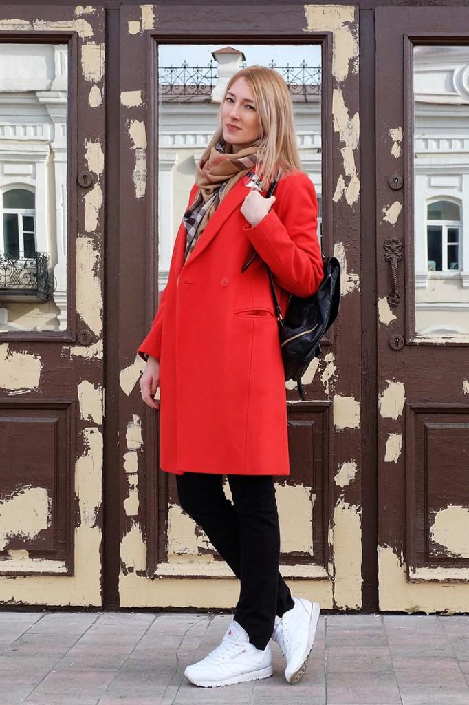 Красное пальто с рюкзаком и кроссовками