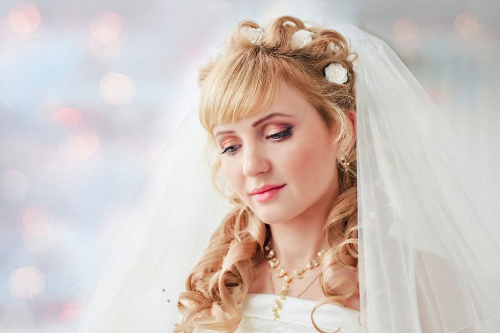 Прическа на свадьбу с короткой челкой