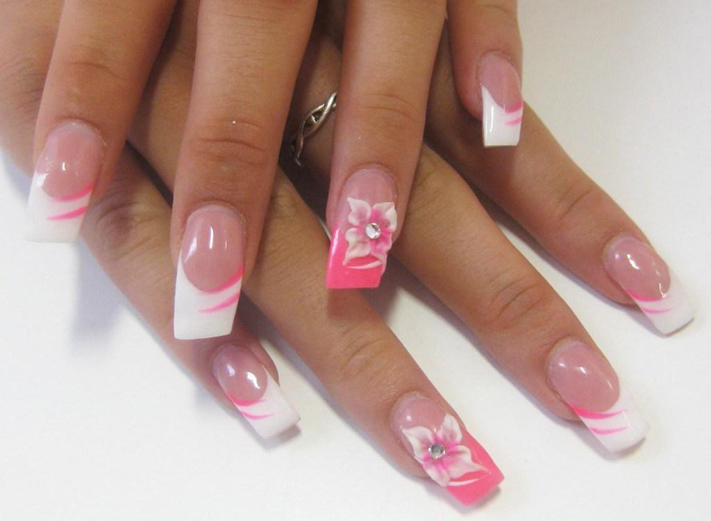 Розовый маникюр с цветами