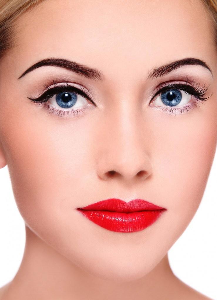 Макияж для голубых глаз с красной помадой