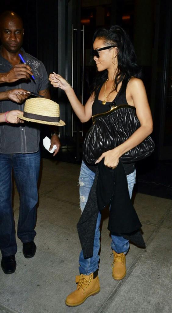 Женские тимберленды с джинсами и черной майкой