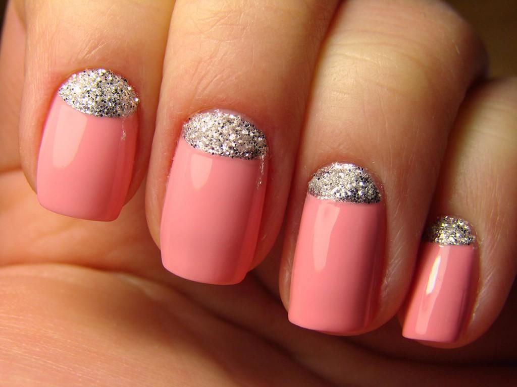 Модный розовый маникюр с лунками
