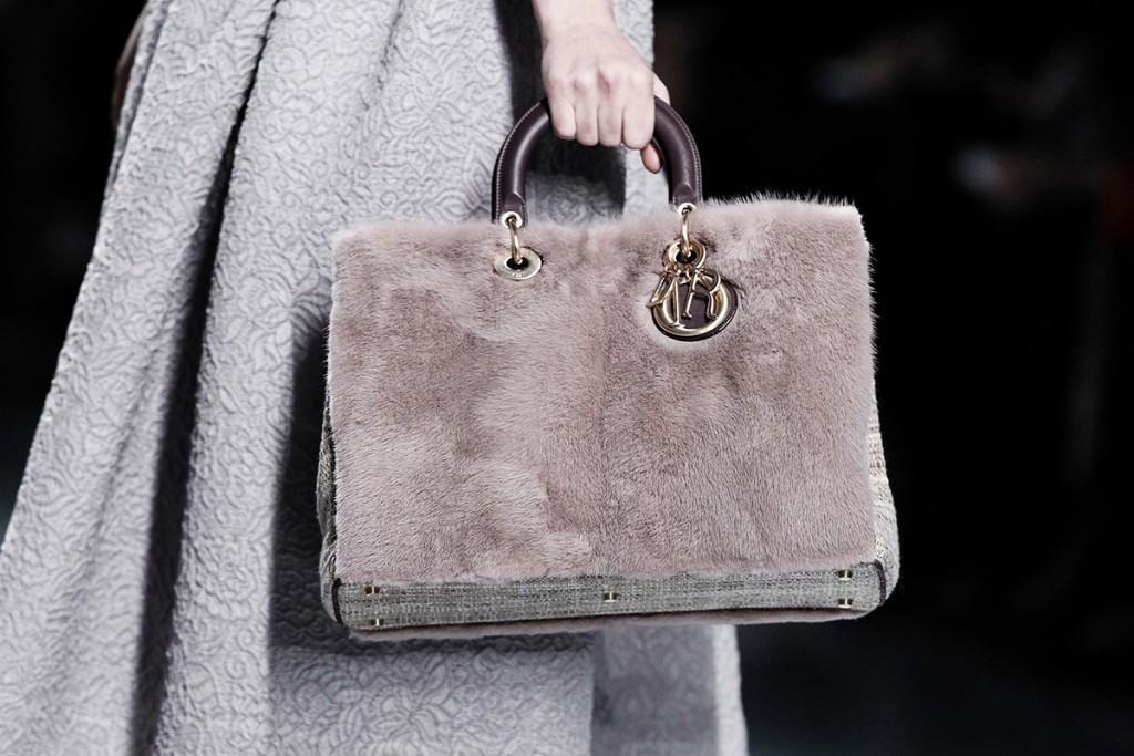 Серая меховая сумка