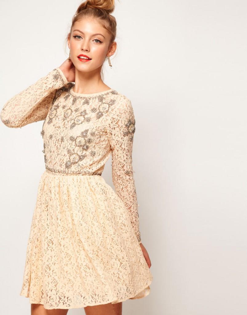 Бежевое кружевное платье с украшениями