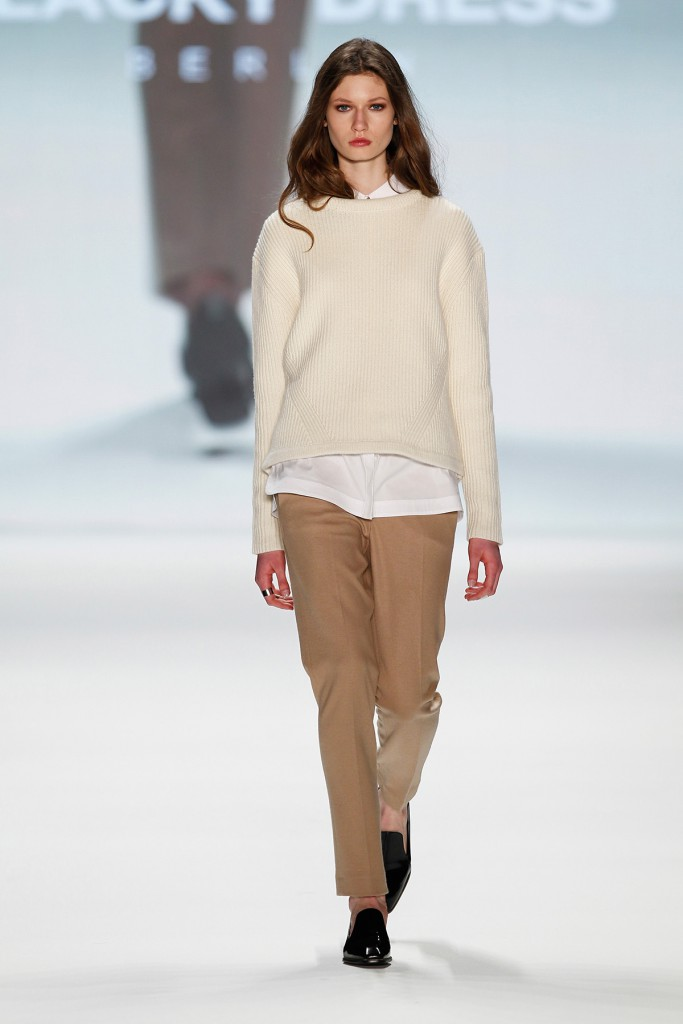 Модный образ с коричневыми брюками