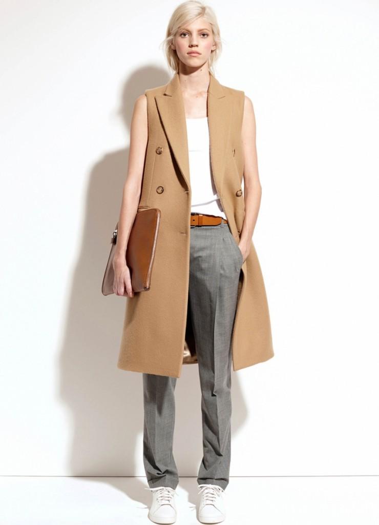 Бежевое пальто без рукавов