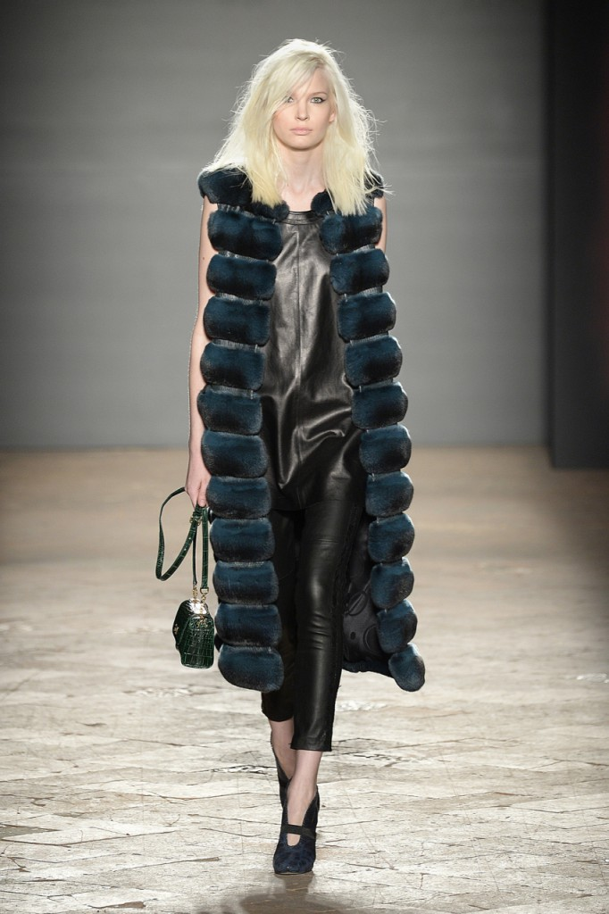 Меховое пальто без рукавов