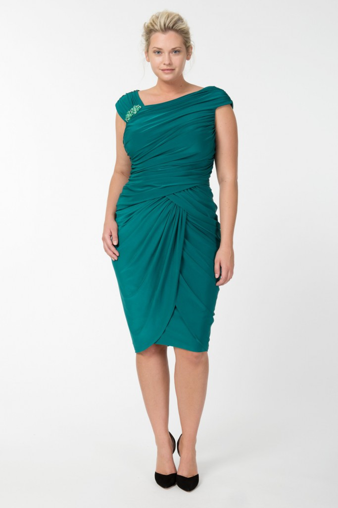 Зеленое платье с драпировкой для полной женщины