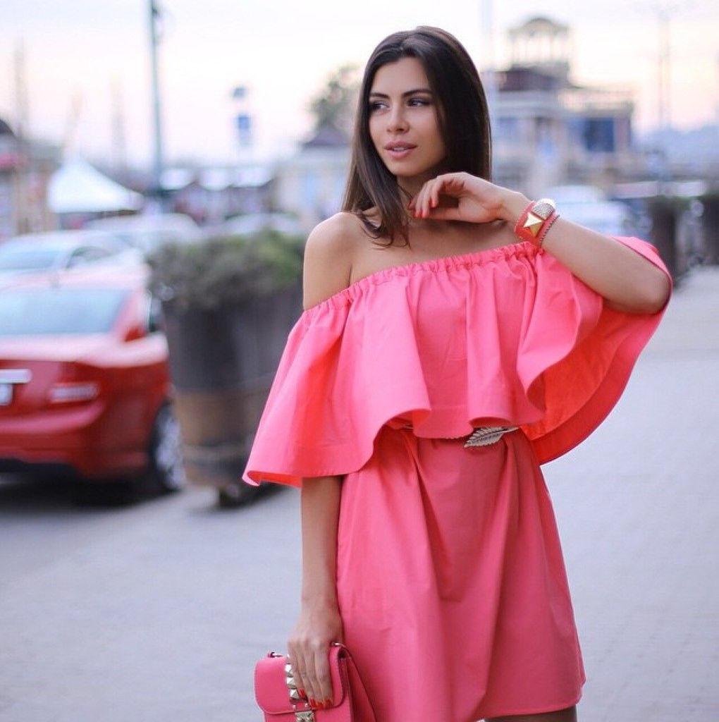 Платье со спущенными плечами с воланами