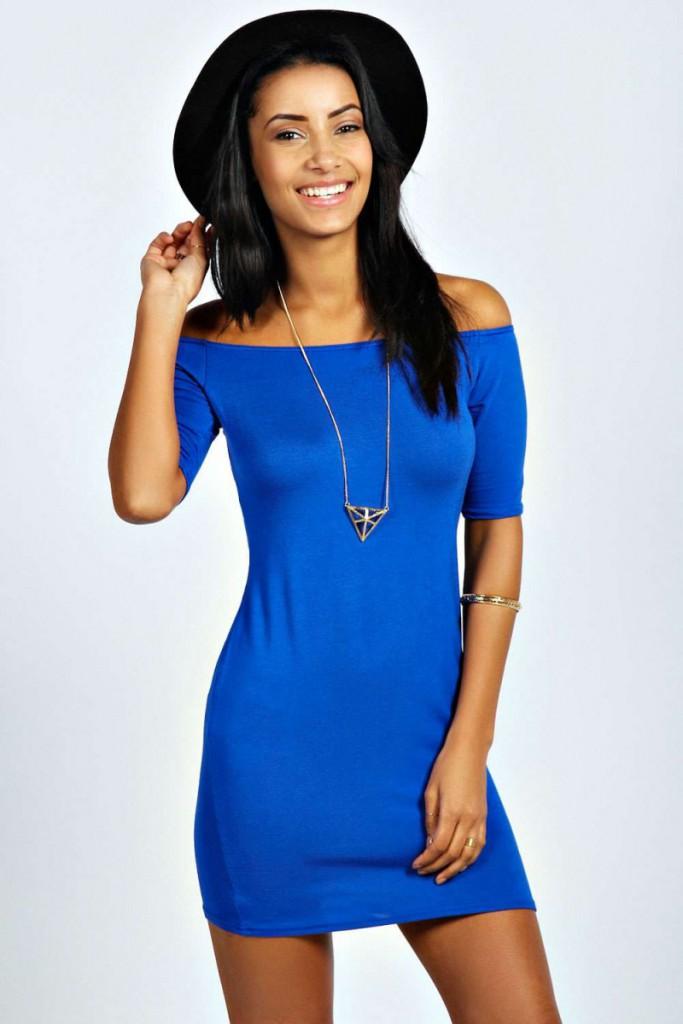 Короткое синее платье футляр с открытыми плечами