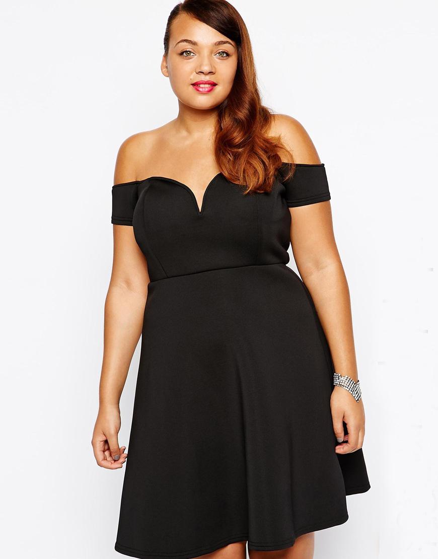 Фото девушки в платье с открытыми плечами