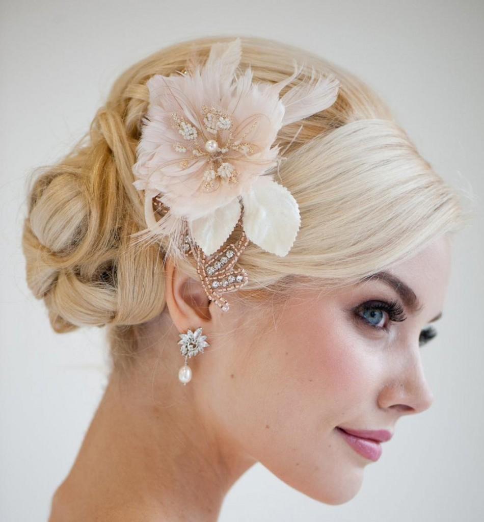 Прическа свадебная на короткие волосы с аксессуаром