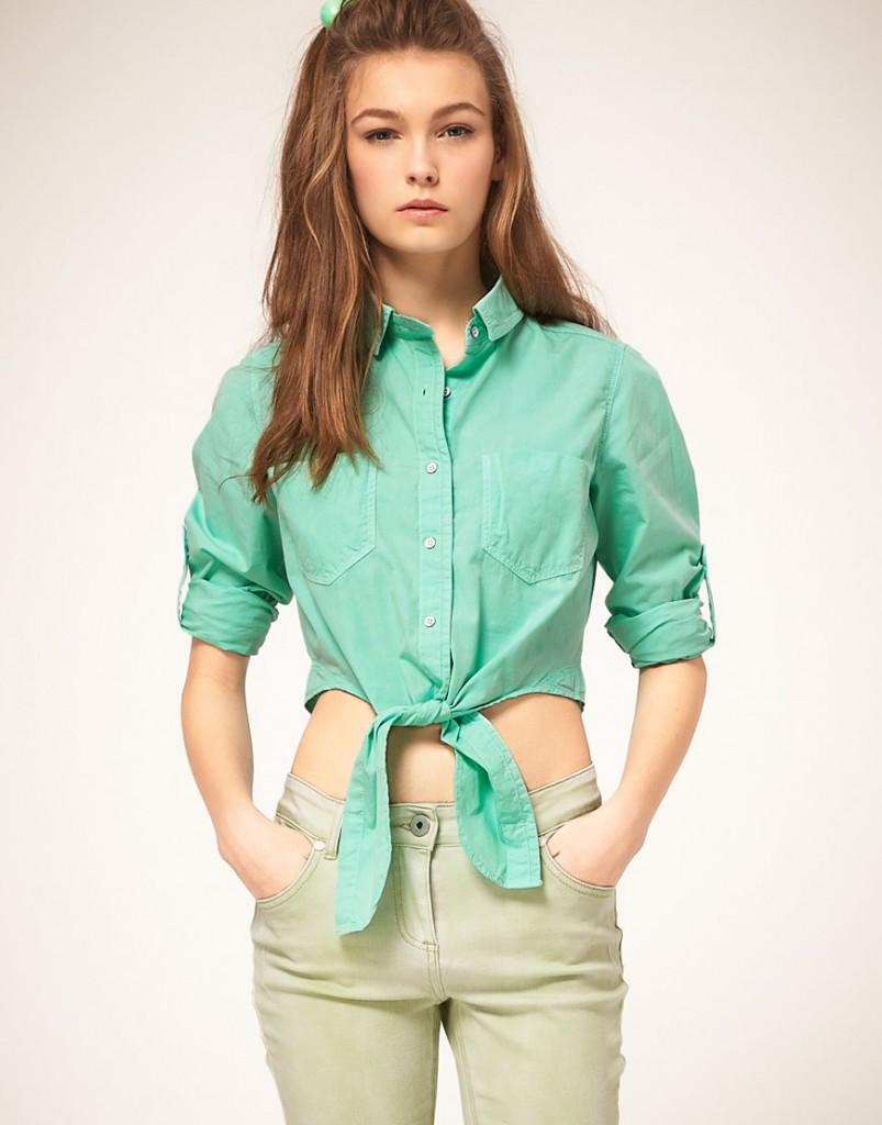 Модная короткая джинсовая рубашка с завязками