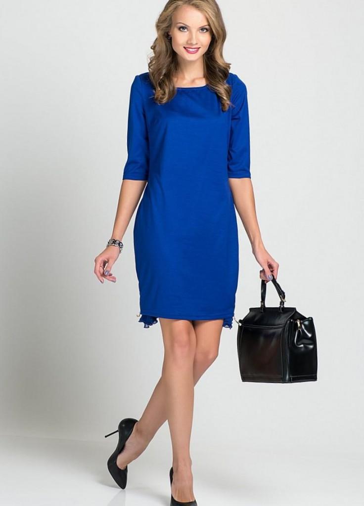 Синее платье-футляр с черной сумкой и туфлями