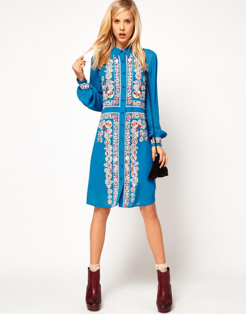 Синее платье-рубашка с узорами