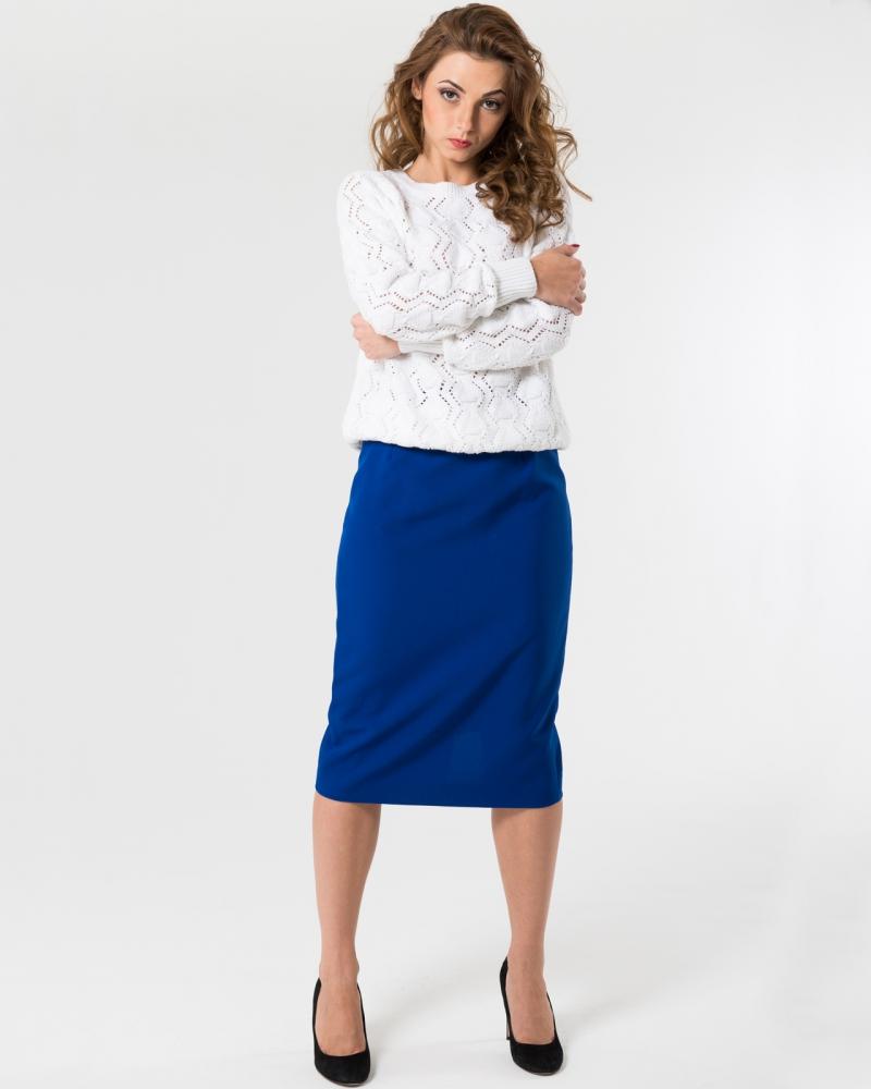 Синяя юбка карандаш с белым свитером