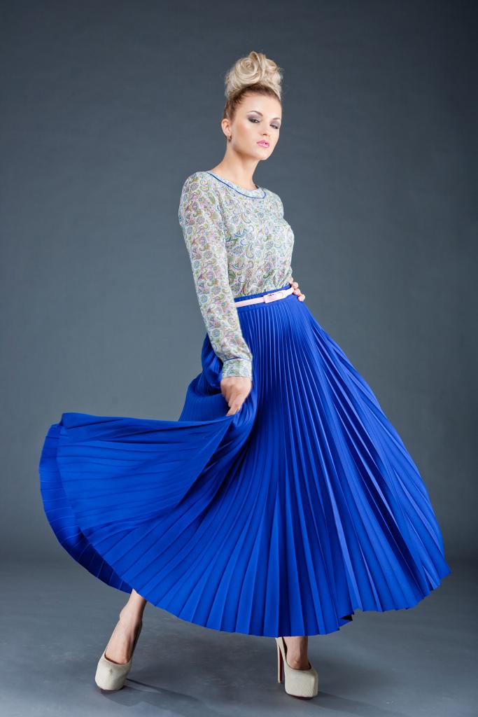 Длинная синяя юбка с цветочной блузой