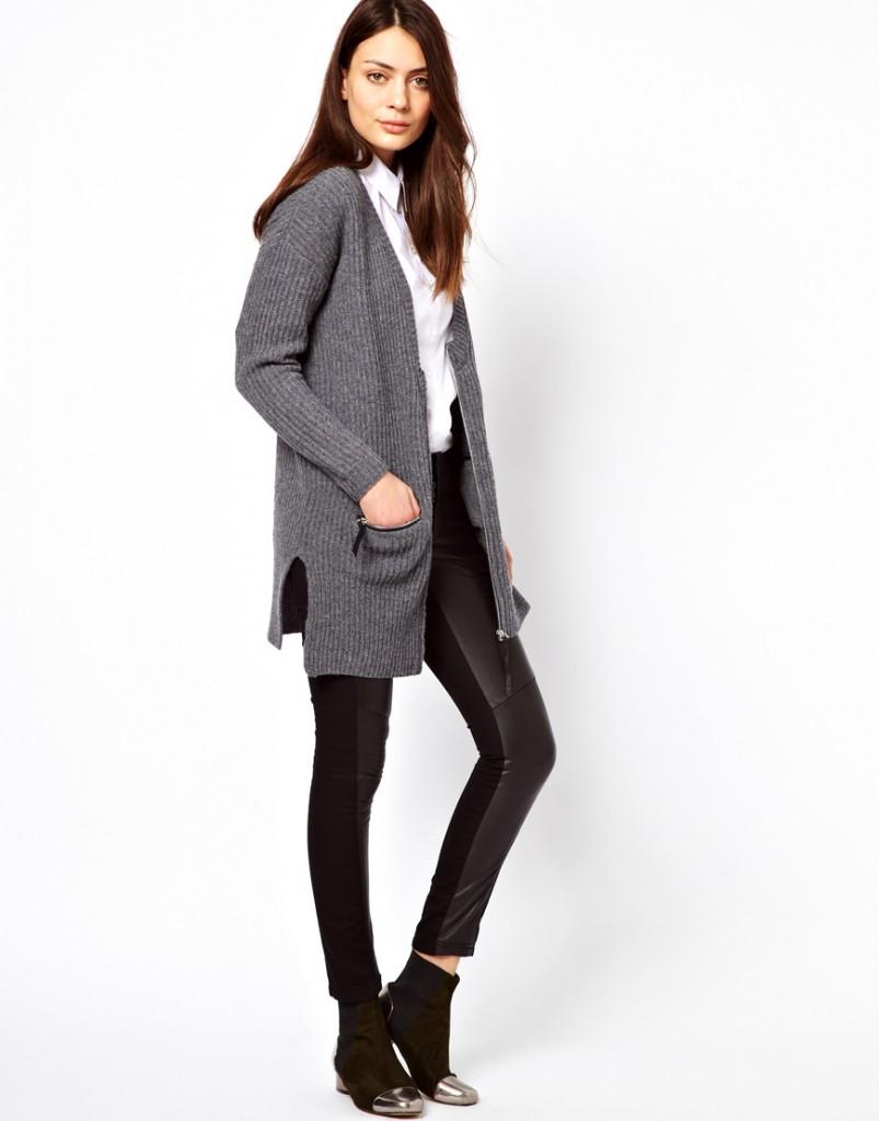 Женские кожаные брюки с серым кардиганом