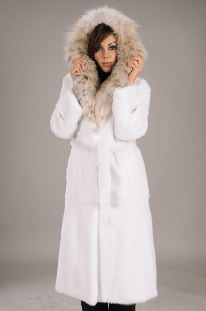 Модная белая шуба из кролика