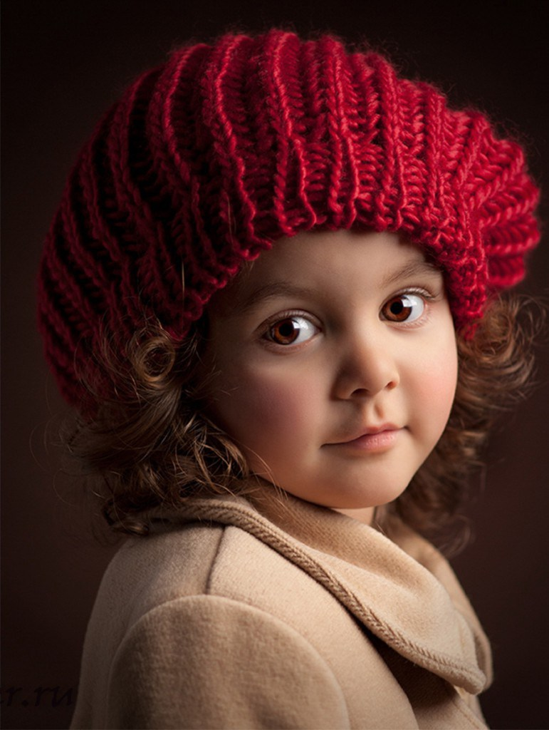 Фотосессия девочки в красном берете в фотостудии